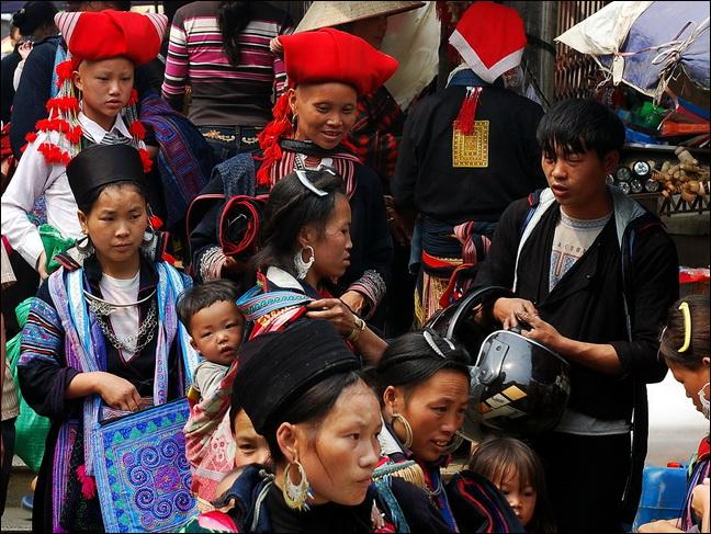 Black Hmong and Red Dzao at Sapa Market