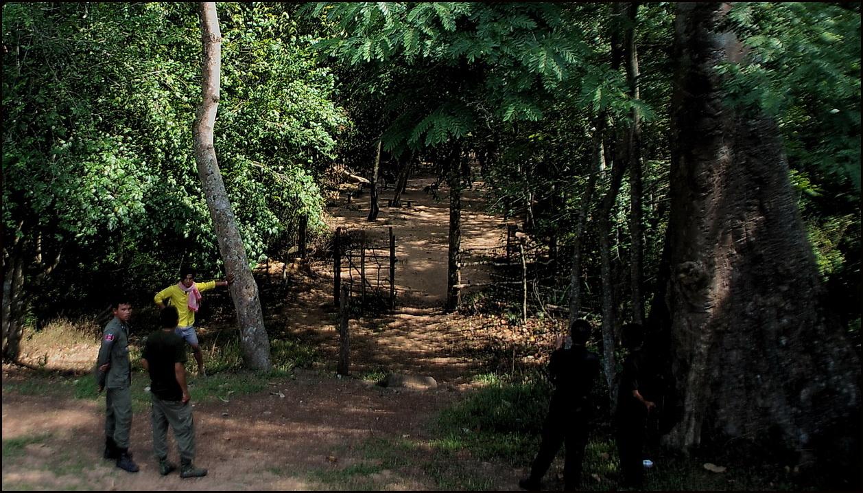 Ta Muan Tom, Thai & Khmer soldiers chatting