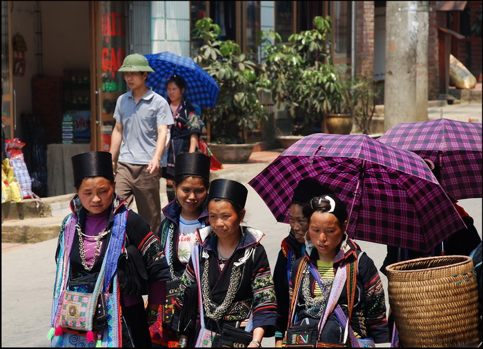 Black Hmong girls in Sapa 'high street'