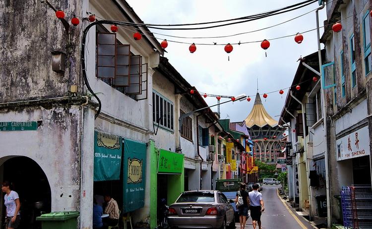 Kuching, Chinatown - old and the modern