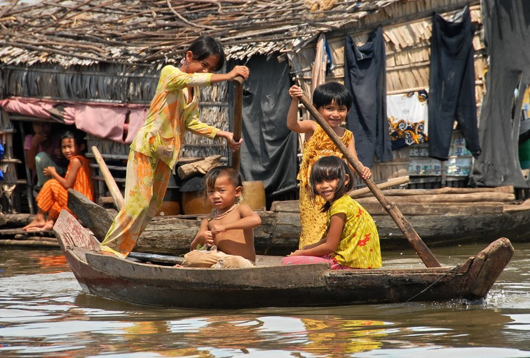 Photographs of Kompong Chhnang Cambodia, kids on a boat
