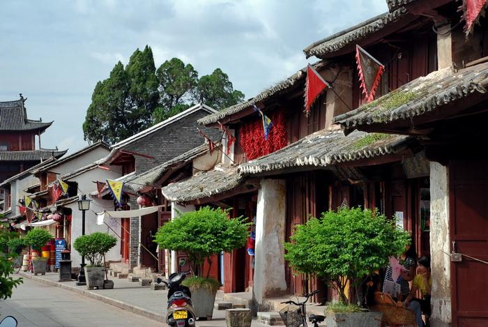 Yunnan UNESCO. Old houses in Weishan's main street