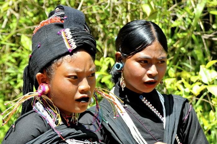 Kengtung Shan State. Enn girls on their way to market