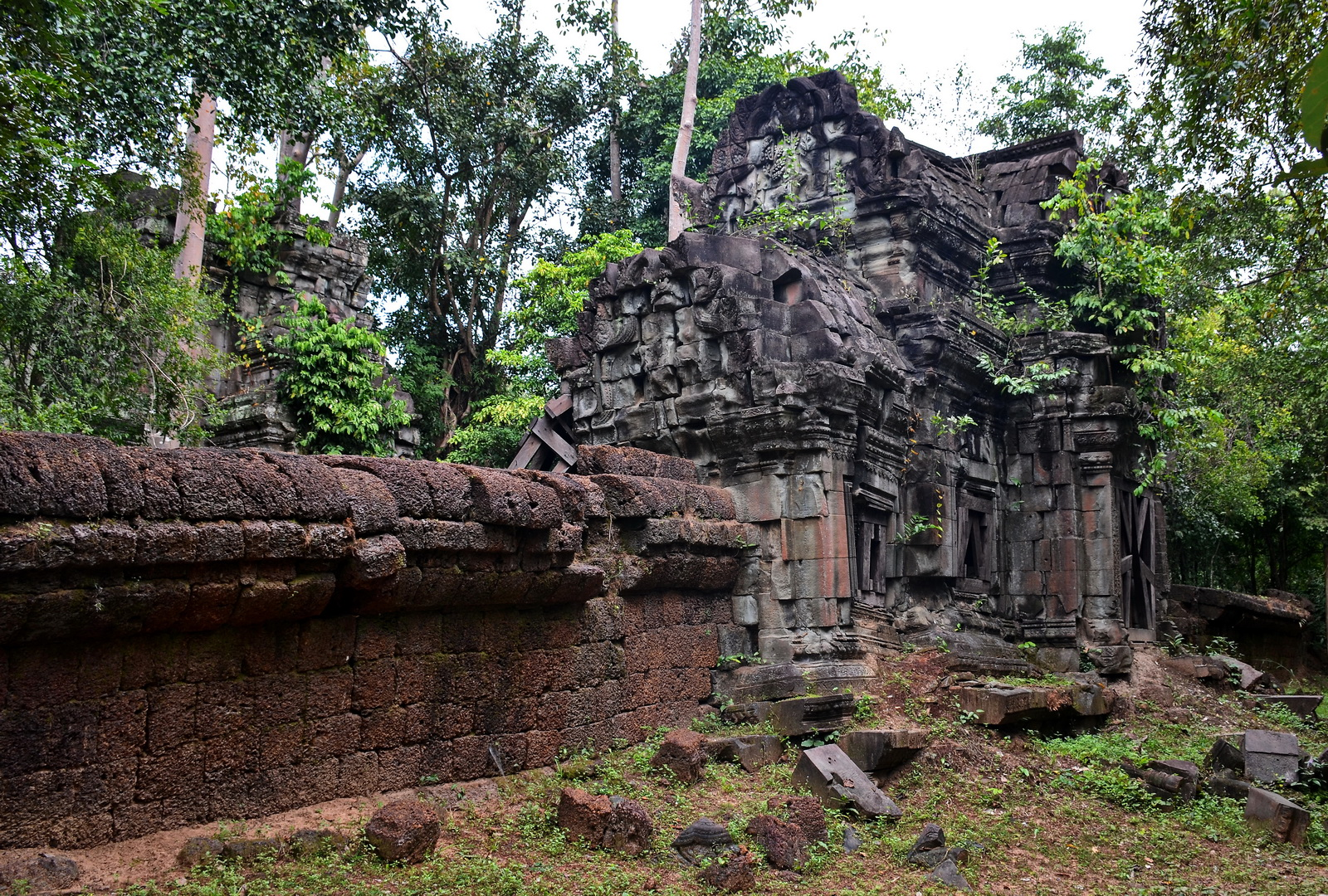 Overview of Banteay Ampil from the southwest