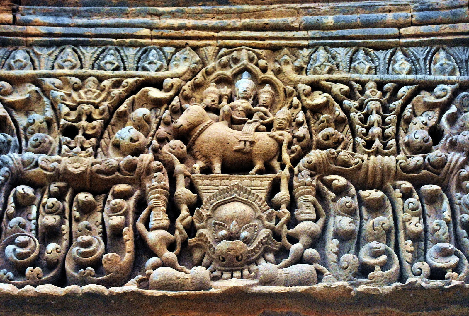 Lintel relief of Shiva and Uma from Muang Tam