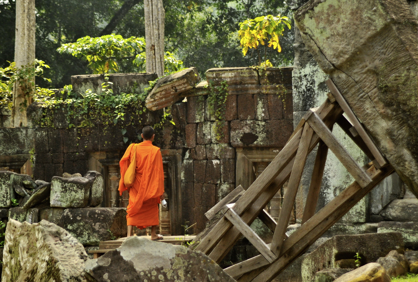 The extensive sandstone ruins can evoke later temples such as Preah Khan or Ta Prom
