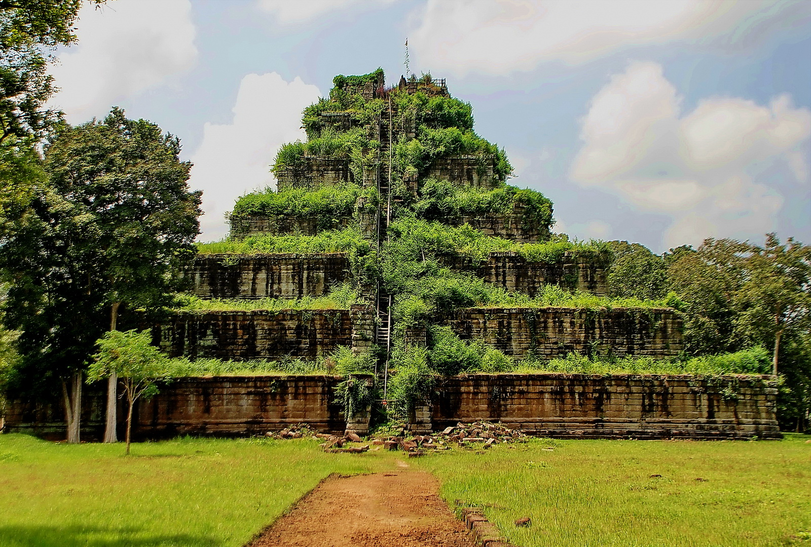 The unique 7-tiered pyramid of Prasart Thom