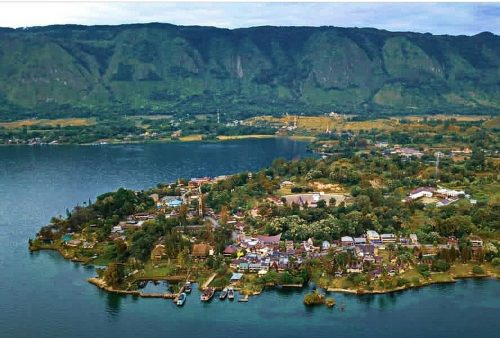 https://allpointseast.com/wp-content/uploads/2020/09/Lake-Toba-2-500x338.jpg